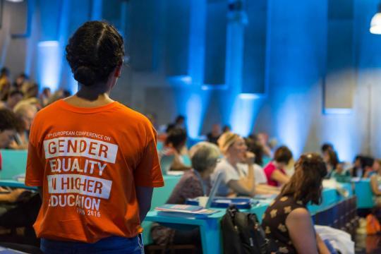 Jeune femme de dos à l'occasion du colloque européen sur le genre dans l'enseignement supérieur